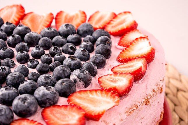 Tort truskawkowy z borówkami - propozycja podania