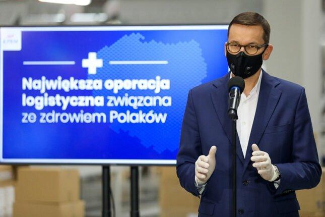 Premier Mateusz Morawiecki informuje o podpisaniu umów na dostawy szczepionki na COVID-19 / Źródło: KPRM / Fotografia: Adam Guz